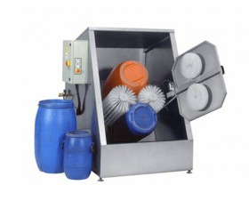 Pulp barrel cleaning machine